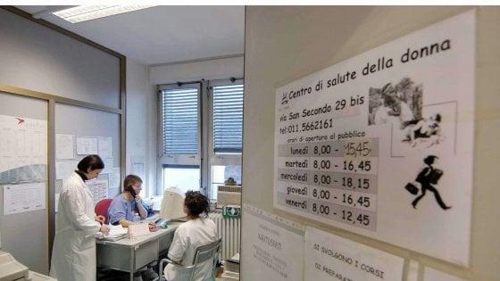 """Lombardia, consultori pubblici dimezzati: """"Così diventa difficile applicare la legge sull'aborto"""""""