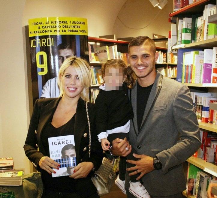 Milano, Icardi presenta il suo libro: fan in coda in Galleria