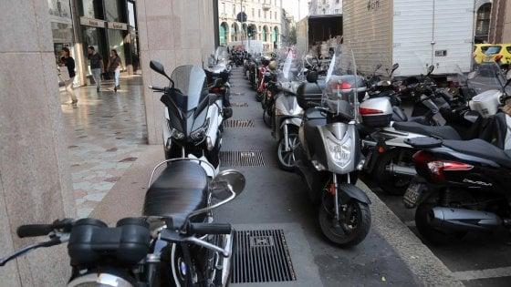 Milano, la metamorfosi di Area C: via le strisce blu, servono parcheggi per 50mila scooter