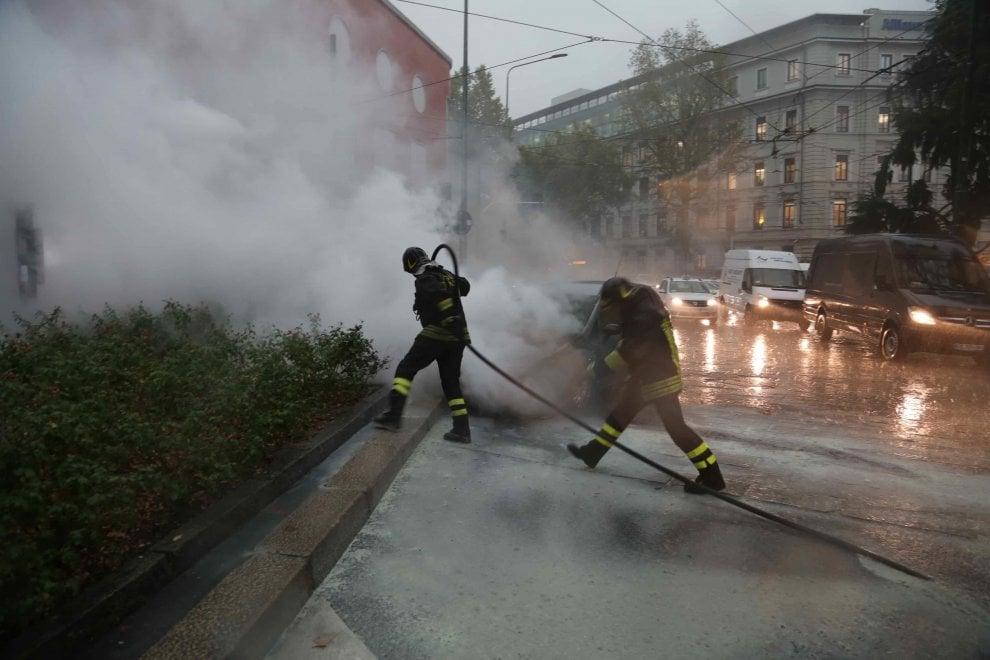 Milano, problemi con l'impianto a gas: l'auto in sosta prende fuoco in strada
