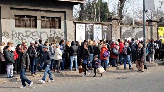 """Milano, la Lega pronta a cacciare i volontari: """"Basta poveri in coda per il cibo, portano degrado"""""""