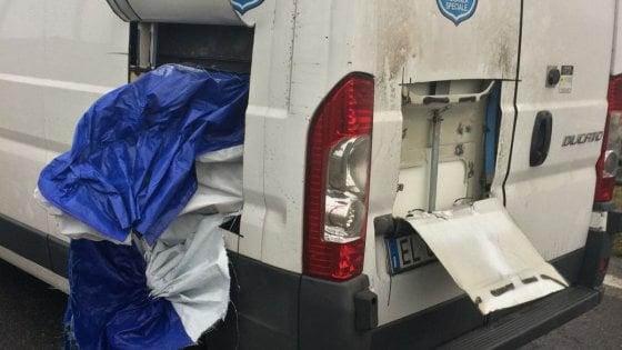 Milano, assalto a portavalori carico di gioielli in tangenziale: i rapinatori fanno fuoco (video)