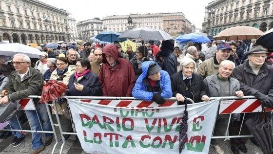 Dario Fo, l'ultimo applauso in piazza Duomo: oggi l'addio laico