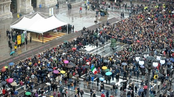 """Dario Fo, in migliaia in piazza per l'ultimo applauso. Petrini: """"Inscindibili arte e impegno per umili"""""""
