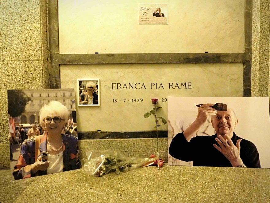 Dario Fo, il feretro tumulato al Famedio accando a Franca ...