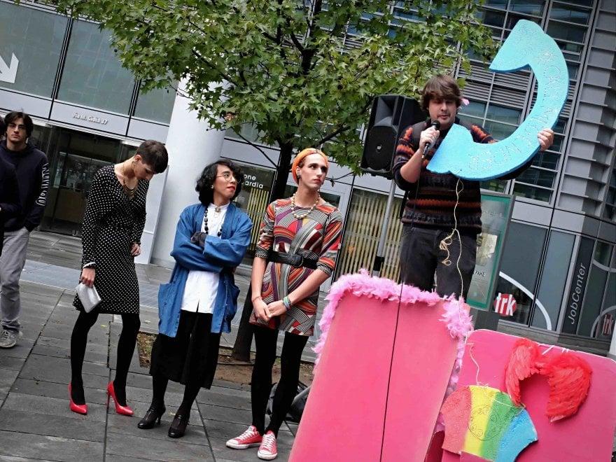 Milano, scherzi telefonici per dire 'No' al numero antigender della Regione
