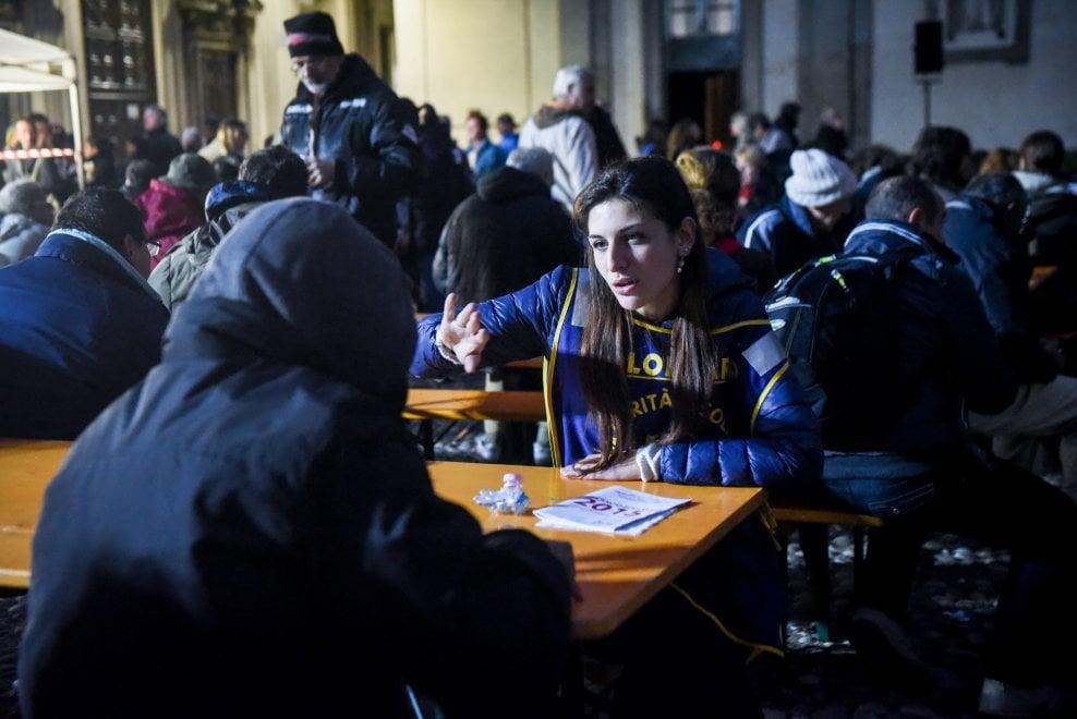 Milano, reportage dalla notte da clochard: si mangia e si dorme all'aperto con loro