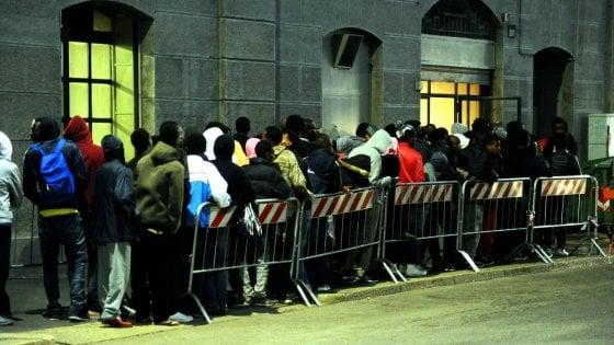 Profughi Milano è emergenza sovraffollamento. I volontari lanciano l'allarme prostituzione
