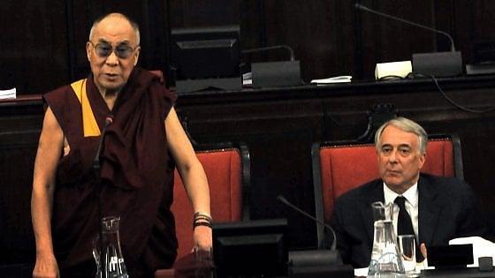 Dalai Lama a Milano: Scola lo accoglie nel palazzo vescovile, il sindaco Sala solo all'aeroporto