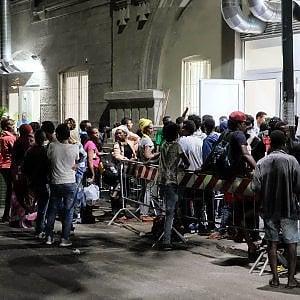 Nuova ondata di profughi, centri di accoglienza pieni, si dorme per strada