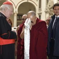 Milano, il Dalai Lama dona a Scola la sciarpa bianca della felicità