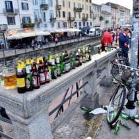 Milano, l'euforia dei tifosi inglesi: una distesa di bottiglie di birra abbandonate sui Navigli