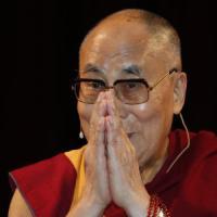 Dalai Lama, istruzioni per l'uso della felicità: tra mente e social, le