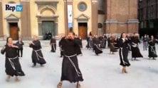 """""""La fede è una gioia"""": frati e suore scatenati nel     flash mob al ritmo latino"""