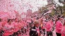 Di corsa contro il tumore  al seno: la Pink Parade  invade le strade di Milano