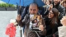 C'è McCurry in Gae  Aulenti: fan in coda  nonostante la pioggia