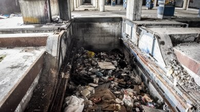 """Dopo lo sgombero """"elettorale"""", l'ex palazzo Rizzoli è tornato una favela -   le immagini"""