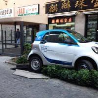 Car sharing a Milano, si costituisce il parcheggiatore folle: