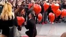"""""""Vuoi sposarmi?"""", la proposta in Duomo: tutta  la piazza partecipa al sì"""