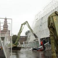 Milano cancella l'ultimo simbolo di Expo, le ruspe abbattono le piramidi