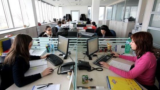 Donne, più istruite e qualificate: a Milano lavorano 2 su 3. Ma ha figli solo metà di chi sceglie la carriera