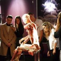 Milano, raffica di malori davanti ai cadaveri in mostra: apre l'infermeria