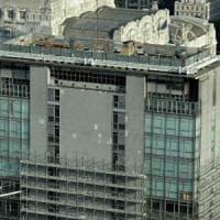 Milano, irrompe nel cantiere della Torre Galfa e si getta dai ponteggi: