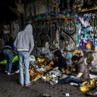 Milano, la lunga notte dei profughi, nei tunnel i rifugi dei migranti