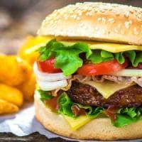 Milano, ruba carta di credito nel fast food e fa subito festa: 140 euro