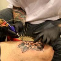 Varese, il tatuatore aggredito e sequestrato dal cliente ai domiciliari