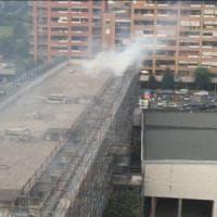 Dieci indagati a Milano per il rogo nel palazzo del degrado di via Adriano: