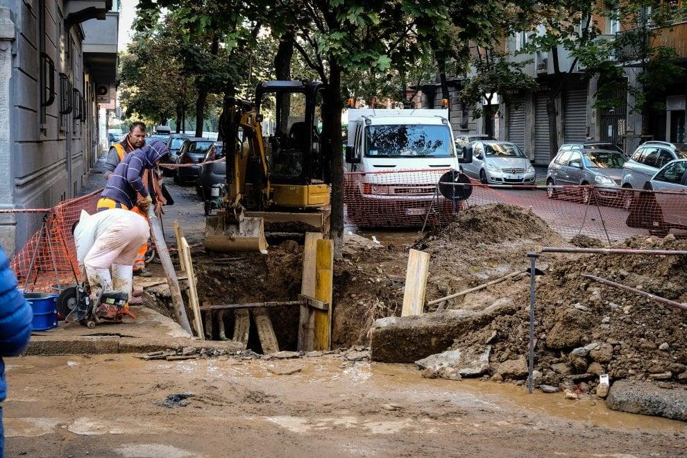 Milano, scoppia tubo dell'acqua: fiume di fango, l'asfalto inghiotte un'auto