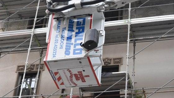 Milano, il cestello della gru si ribalta: traslocatori sospesi in aria, salvati dalle imbragature