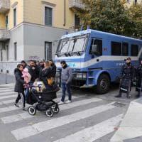 Sgombero a Milano, antagonisti in presidio: maxi dispiegamento di polizia in strada