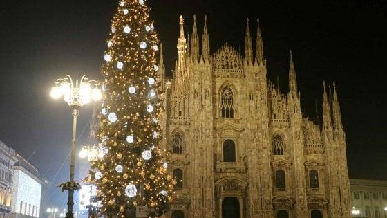 Foto Di Milano A Natale.Natale A Milano Bijoux Per Il Maxi Albero In Duomo Ma Le