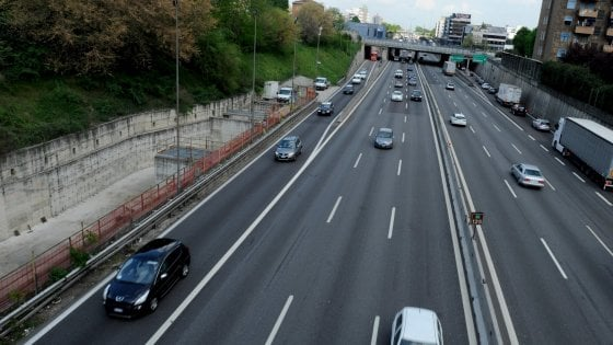 Dal ponte piovono calcinacci Chiusa l'autostrada A4