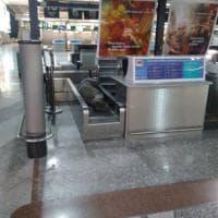 Malpensa, c'è un uomo che dorme sul nastro dei bagagli: la foto su Facebook