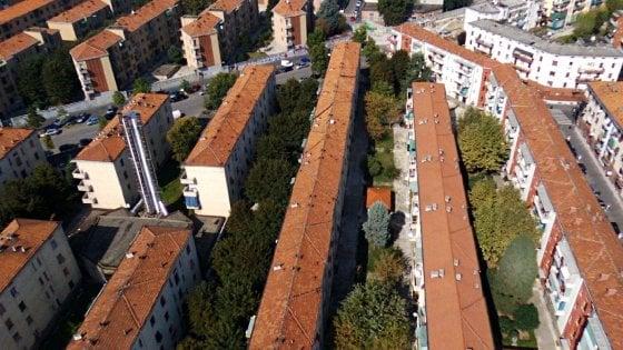 Case popolari, lo strano caso dell'Aler Lombardia: conti disastrati e una pioggia di bonus per i funzionari