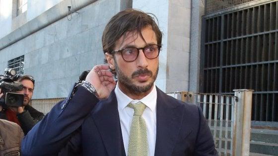 Fabrizio Corona, revocato l'affidamento ai servizi sociali: un anno in più di carcere