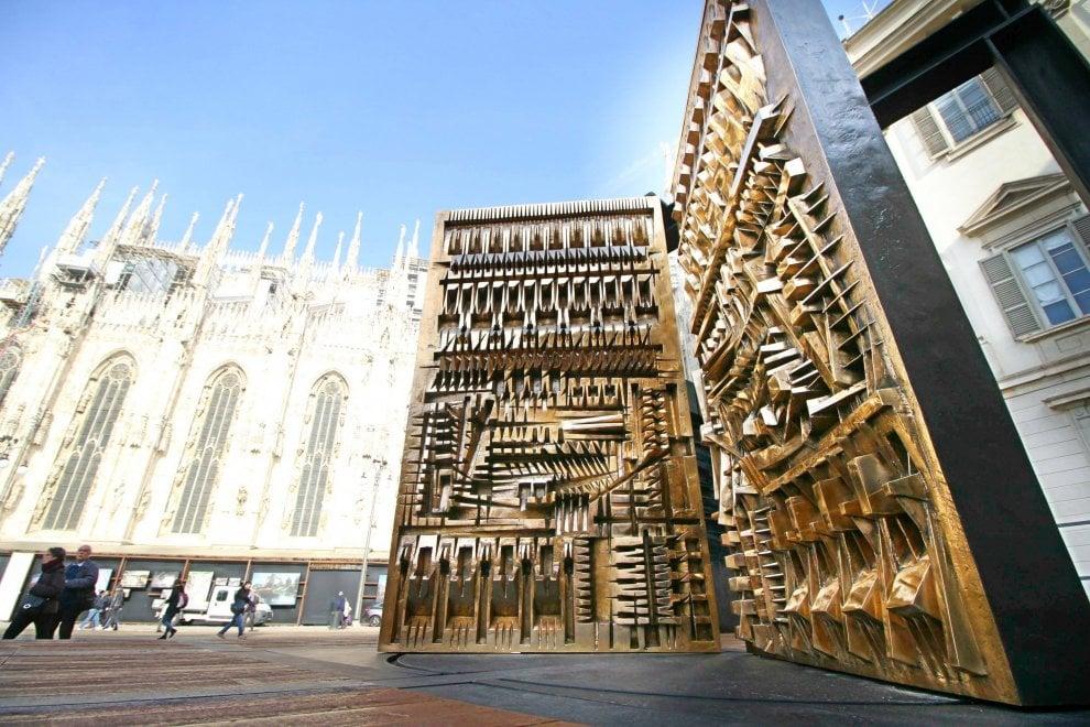Milano il 39 megalite 39 di pomodoro atterra in piazzetta for Opere di arnaldo pomodoro