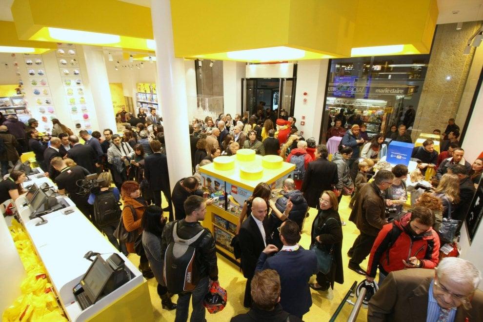 Milano pazzi per i mattoncini folla all 39 inaugurazione for Lago outlet milano