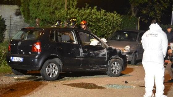 Duplice omicidio nel Milanese, ammazzati due cugini: agguato in auto durante l'inseguimento
