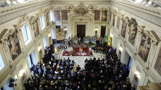 Le foto dei funerali di Umberto Veronesi