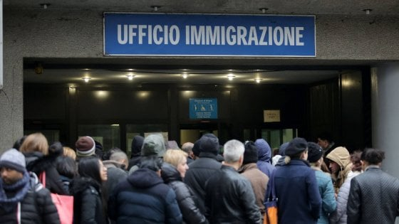 Milano Soldi In Cambio Di Permessi Di Soggiorno Preso Un Altro Poliziotto Dell Ufficio Immigrazione La Repubblica