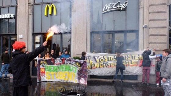"""A Milano la rivolta degli studenti contro McDonald's: """"Alternanza scuola-lavoro? E' sfruttamento"""""""
