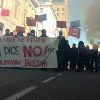 Referendum, Boschi a Brescia per il Sì: contestatori in corteo, tensione con le forze dell'ordine