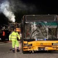 Milano, Suv brucia il semaforo e travolge un bus Atm: rintracciato il pirata, 10 i feriti