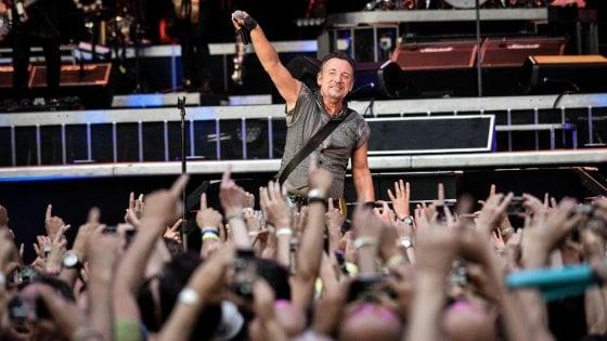 Milano, biglietti per i concerti rastrellati e rivenduti online: indagati l'ad di Live Nation e l'ex di VivoConcerti
