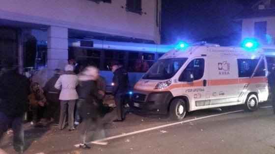 Monza, autobus sfonda la vetrina di un bar sei feriti