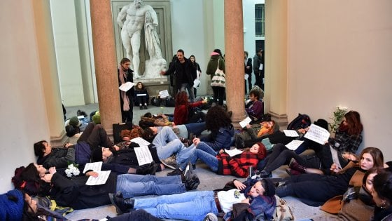"""Milano, la protesta degli studenti dell'Accademia di Brera: """"No al trasferimento delle aule"""""""